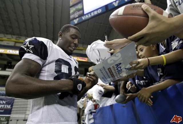 Dallas Cowboys Dez Bryant signing autographs - The Boys Are Back blog