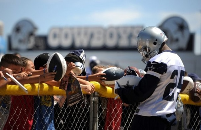 Dallas Cowboys running back Lance Dunbar signs autographs - The Boys Are Back blog