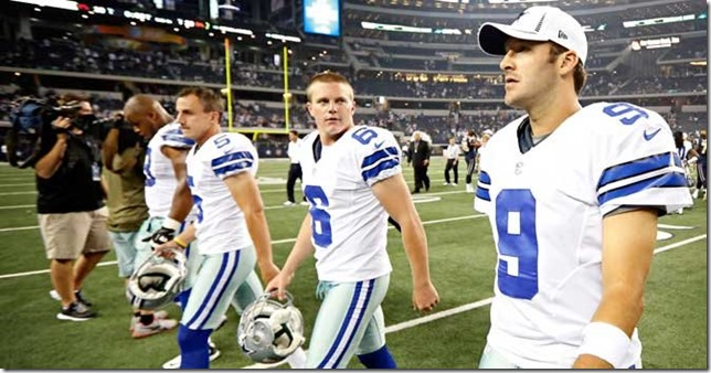 El mariscal de campo Tony Romo, junto al despejador Chris Jones (centro), Dan Bailey - The Boys Are Back blog