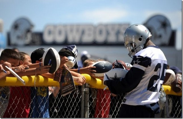 Dallas Cowboys running back Lance Dunbar signs autographs - The Boys Are Back blog