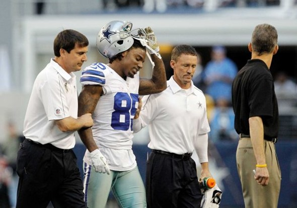 Dallas Cowboys trainers help Dallas Cowboys wide receiver Kevin Ogletree (85) off the field - The Boys Are Back blog
