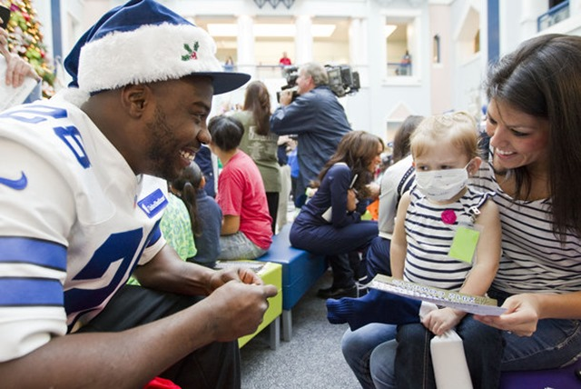 Dallas Cowboys running back Felix Jones (28) visits with Tera Harris and McKayla, 3, at Cook Children's Hospital in Fort Worth - The Boys Are Back blog