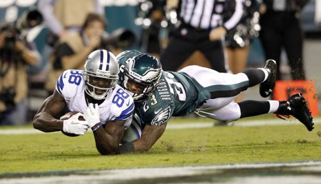 dallas cowboys wide receiver dez bryant (88) catches a touchdown pass in front of philadelphia eagles cornerback dominique rodgers-cromartie - the boys are back blog